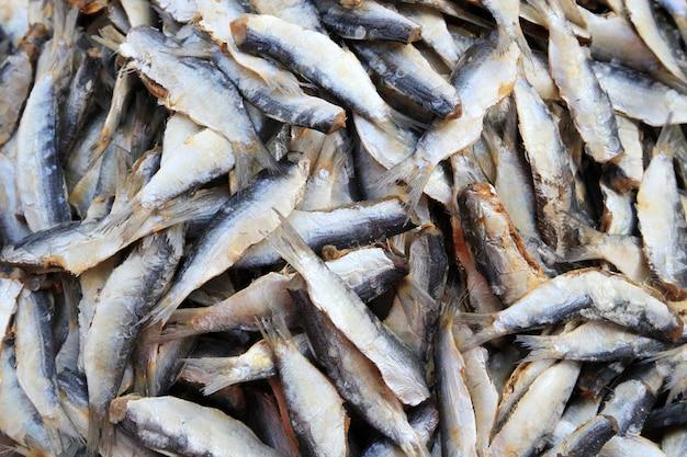 Trockener stockfisch am ländlichen markt