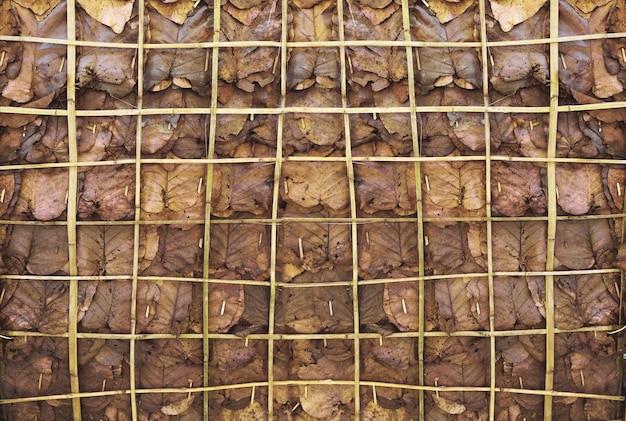 Trockenes blattmuster mit bambusholzregal für naturhintergrund