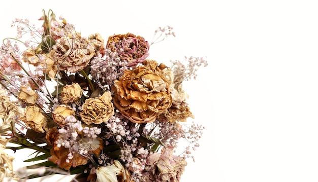 Trockenes bouquet. nahaufnahmebild von getrockneten blumen in einem blumenstrauß. konzept von leben und tod. verwelkte blume