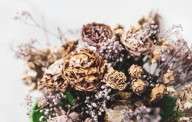 Trockenes bouquet. nahaufnahmebild von getrockneten blumen in einem blumenstrauß. konzept von leben und tod.