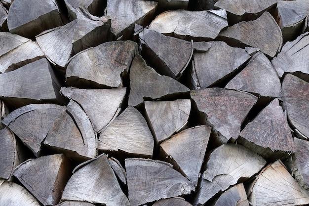 Trockenes brennholz in einer reihe gestapelt