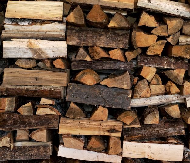 Trockenes brennholz ordentlich gestapelt im holzstapel