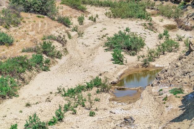 Trockenes flussbett, dürre, wassermangel