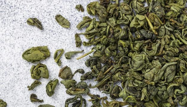 Trockenes grünes teeblatt. kulinarischer hintergrund