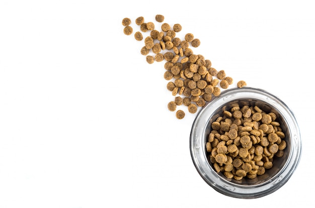 Trockenes haustier - hundefutter in der metallschüssel, draufsicht