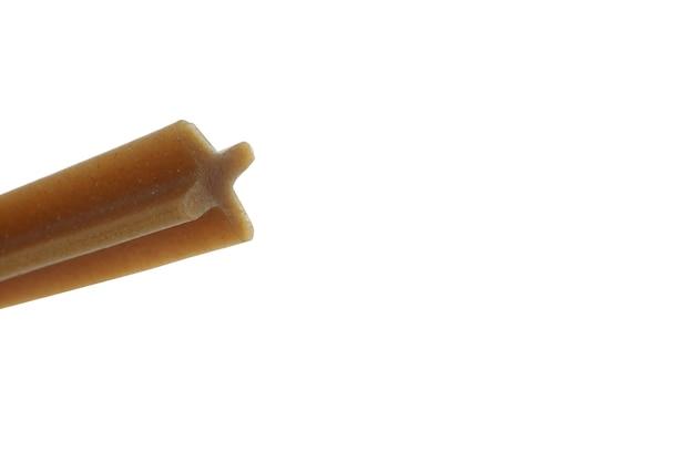 Trockenes haustierfutter isoliert auf weiß