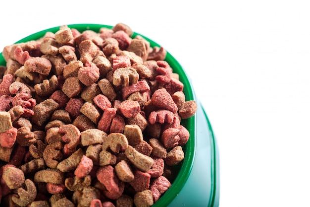 Trockenes hundefutter isoliert auf weiß