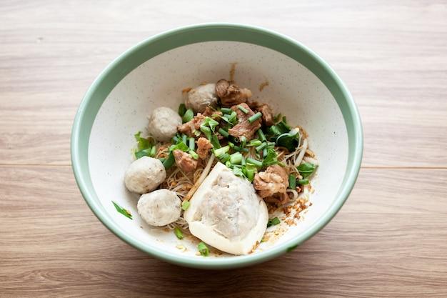 Trockenes nudelschweinefleischfleischklöschen und -tofu der reissuppennudeln mit schweinefleisch
