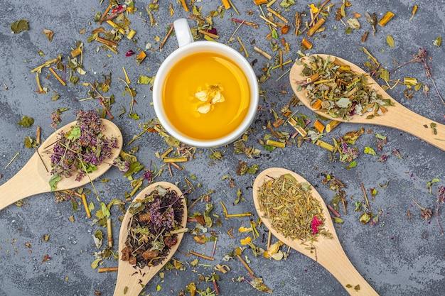 Trockenes teeblatt und eine tasse grüner tee. bio-kräutergetränk