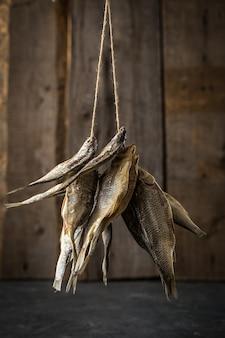 Trockenfisch auf alten brettern
