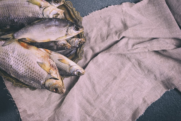 Trockenfisch auf einer kupferplatte, draufsicht