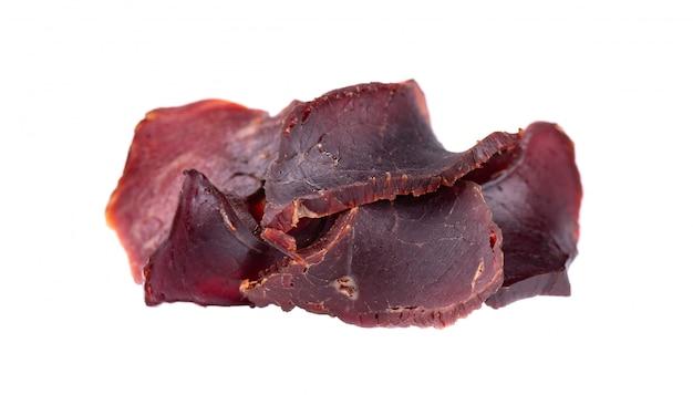 Trockenfleisch vom rind lokalisiert auf weiß. stücke trockenes fleisch. nahansicht. beschneidungspfad.