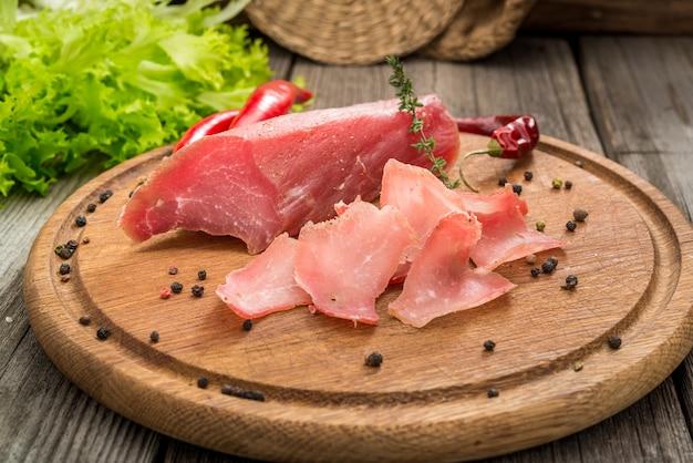 Trockenfleisch vom rind und gewürz auf alter tabelle
