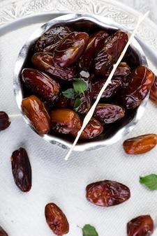 Trockenfrüchte datteln auf silbertablett. kopieren sie platz. ansicht von oben