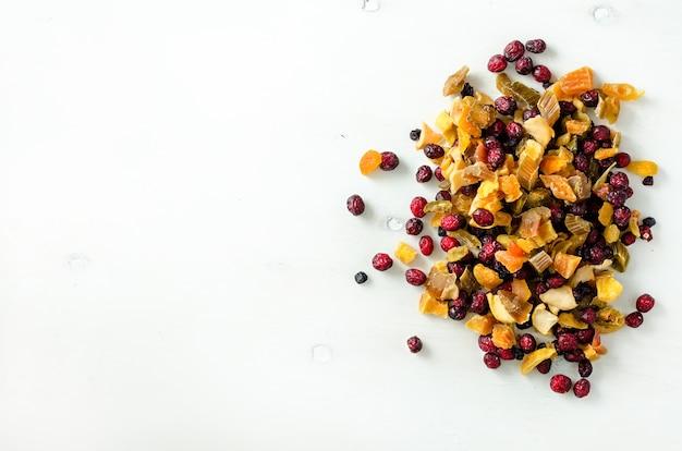 Trockenfrüchte der süßen mischung auf stein. cranberry, rhabarber, apfel, mango, kirsche, pfirsich, aprikose. hochdosiertes vitamin c. bunt