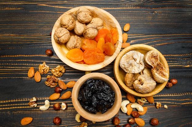 Trockenfrüchte feigen, aprikosen, pflaumen und nüsse auf holztisch