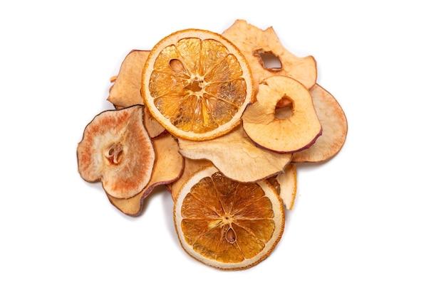 Trockenfrüchte isoliert auf weißer oberfläche. getrocknete grapefruit, getrockneter apfel, getrocknete birnenscheiben.