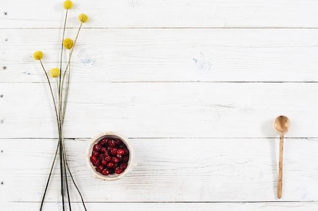 Trockenfrüchte mit blumendekor auf holztisch