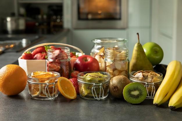 Trockenfrüchte und fruchtchips zusammen mit den frischen früchten, aus denen sie hergestellt werden