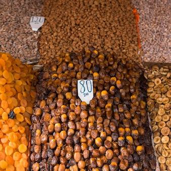 Trockenfrüchte und nüsse in einem speicher, marrakesch, marokko