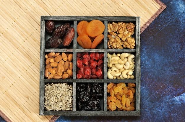 Trockenfrüchte und nüsse in einer holzkiste