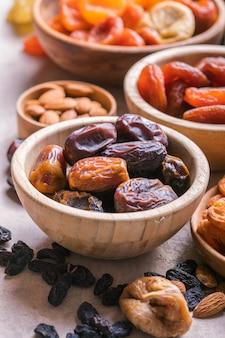 Trockenfrüchte und nüsse mischen sich in einer holzschale