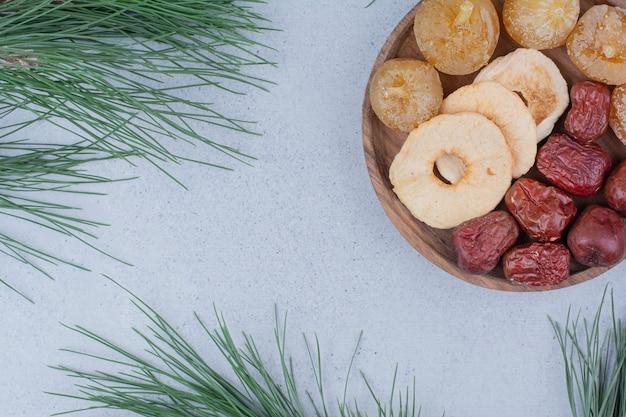 Trockenfrüchte und silberbeeren auf holzteller.