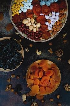 Trockenfrüchte und verschiedene arten von nüssen für traditionellen östlichen tee