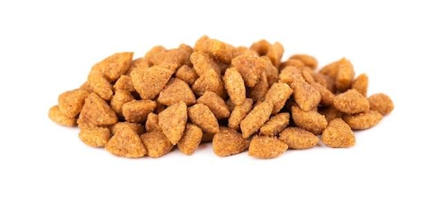 Trockenfutter für haustiere, isoliert haufen granulierter tierfutter.