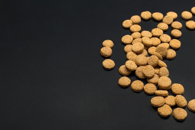 Trockenfutter für hunde oder katzen. draufsicht