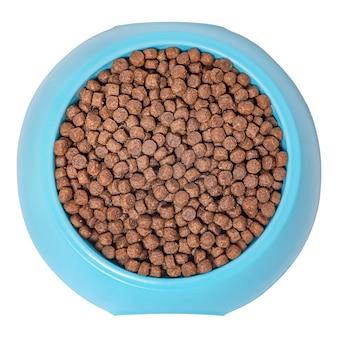 Trockenfutter für katzen oder hunde. blaue plastikschüssel voll mit hundefutter isoliert