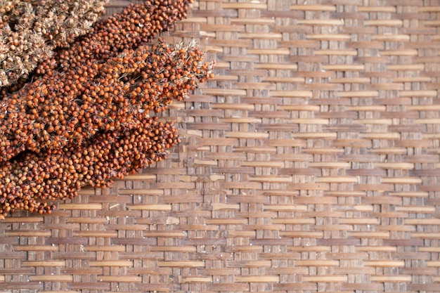 Trocknende hirsezweige auf bambustabellenhintergrund trockneten prozess