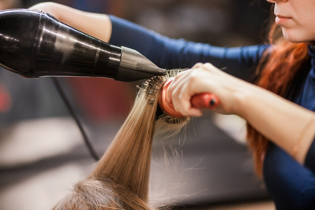 Trocknet und legt haare in den friseursalon