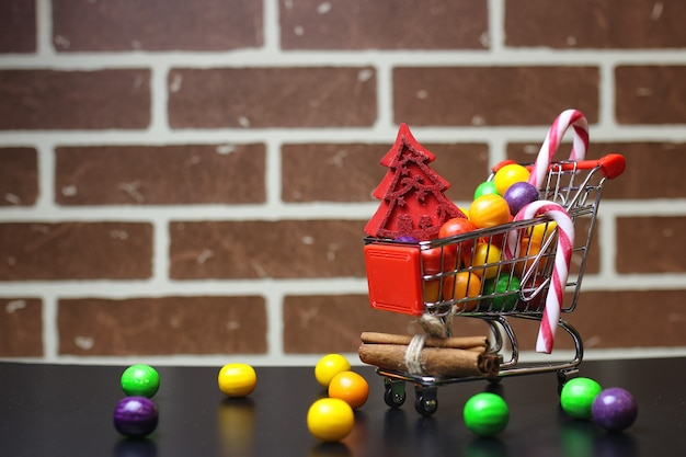 Trolley für produkte auf einem backsteinmauerhintergrund neujahrsverkauf von anteilen