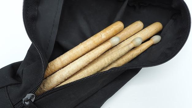 Trommelstöcke aus echtem holz und schwarzen stoffbeuteln mit reißverschluss