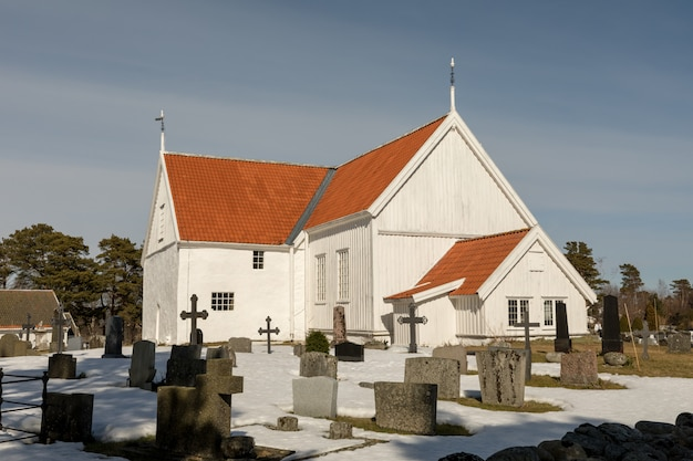 Tromoy kirche in hove, tromoy in arendal, norwegen. weiße kirche, blauer himmel, sonniger tag.
