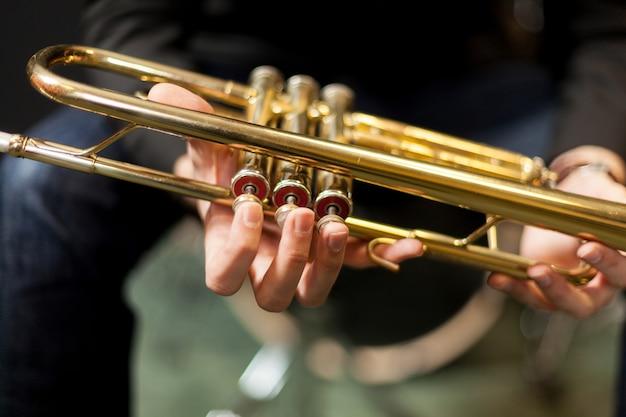Trompete in den händen