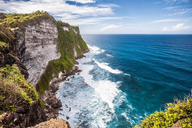 Tropenstrand uluwatu in indonesien bali. urlaubsreise tourismus entspannen.