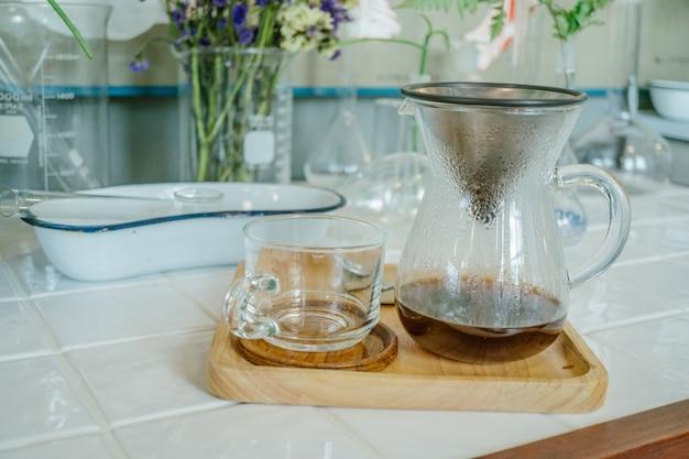Tropf-brauen, gefilterter kaffee oder pour-over ist eine methode, die das gießen von wasser über geröstet beinhaltet