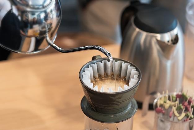 Tropfbrühen, gefilterter kaffee oder übergießen ist eine methode, bei der wasser über geröstetes wasser gegossen wird