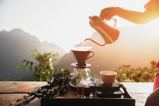 Tropfbrühen, gefilterter kaffee oder übergießen sind methoden, bei denen wasser eingegossen wird