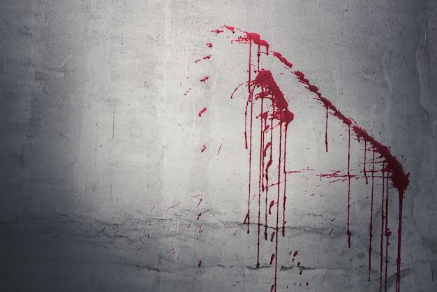 Tropfen des roten blutes auf wand in verlassenem haus