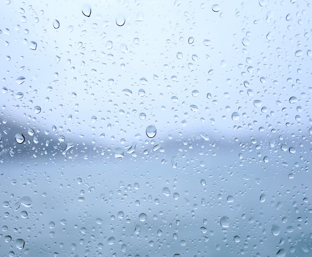 Tropfen regen auf einem fensterglas