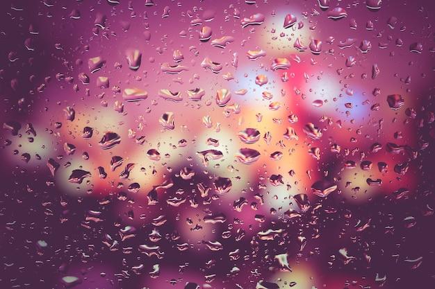 Tropfen regen auf glas mit retro- weinleseart des filtereffektes
