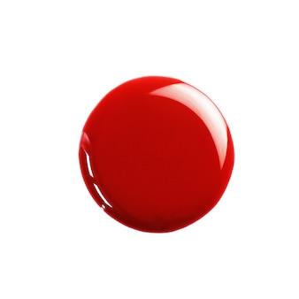 Tropfen roter nagellack auf weißem hintergrund isoliert