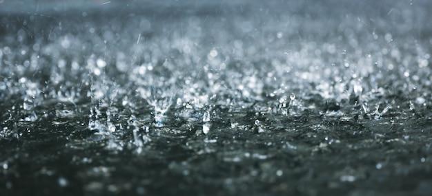 Tropfen starken regens auf dem wasser
