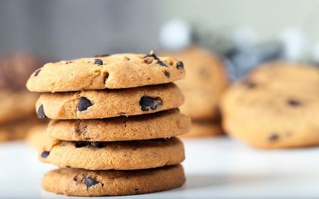 Tropfen und schokoladenstücke in traditionellen weizenkeksen, speisen für tee oder kaffee, süße und köstliche kekse