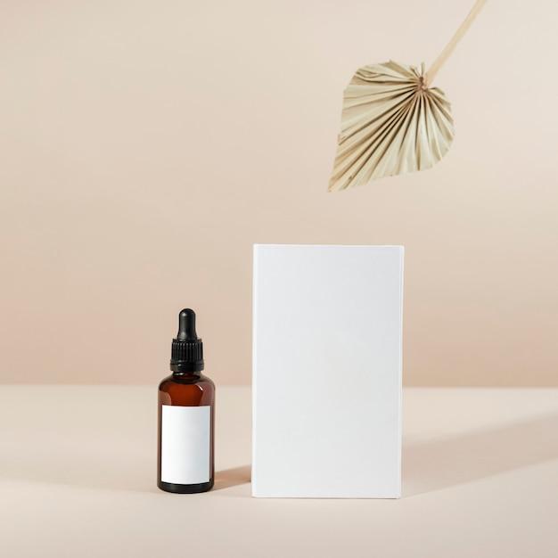 Tropfflasche aus braunem glas mit einem weißen boxprodukt