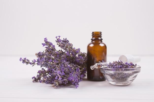 Tropfflasche mit ätherischem lavendelöl