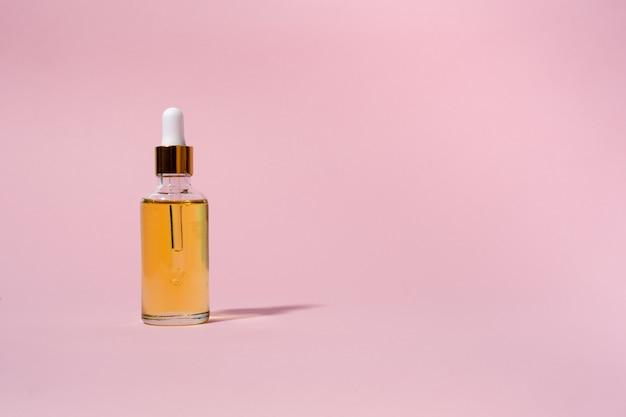 Tropfglasflaschen mit pipette. transparentes natürliches schönheitsprodukt mit hyaluronsäure und öko-serum-hautpflegekonzept. kopienraum der horizontalen ansicht von oben.